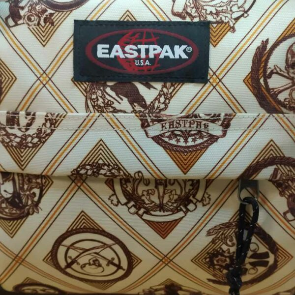eastpack-travel-bag-stand-emblem