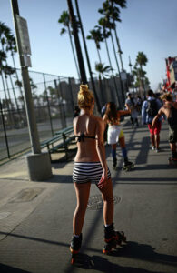 young-girls-roller-skating-in-venice-beach